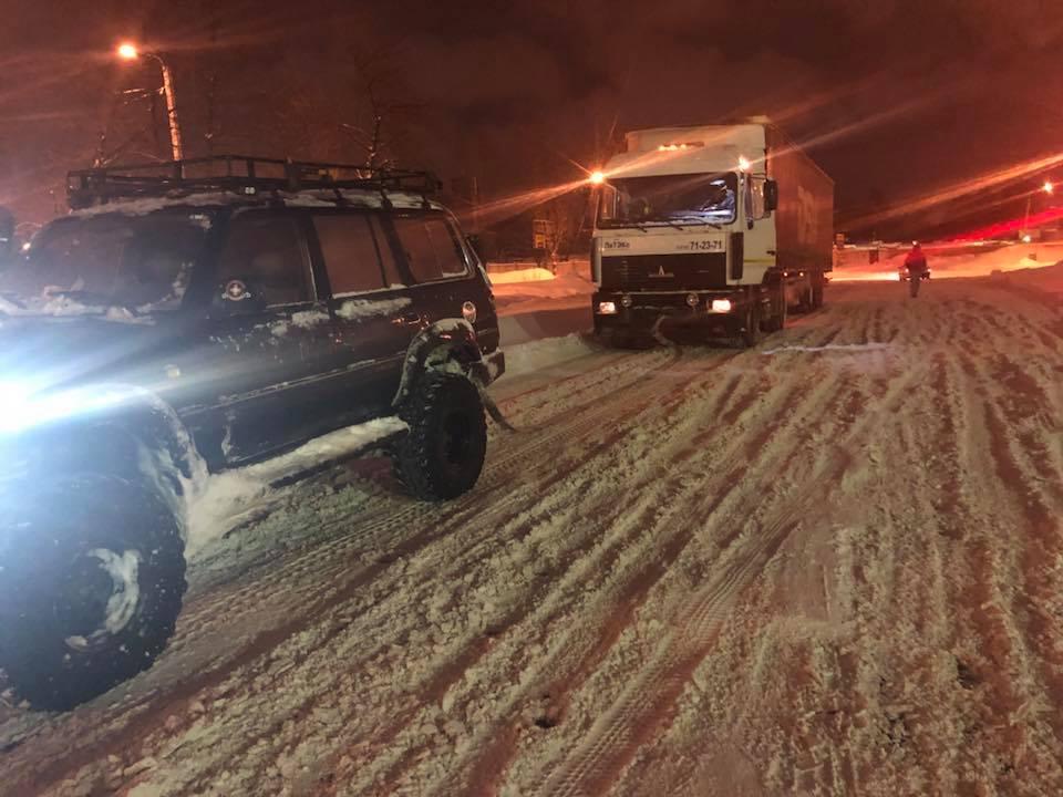 Ярославский депутат на своей машине вытащил из снежных завалов более десятка фур