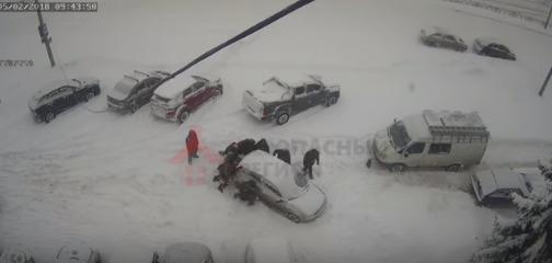 В Ярославле десять человек вручную переставили брошенный посреди улицы автомобиль: видео