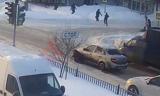 В Ярославле водитель проехал по упавшей на переходе женщине и скрылся: видео