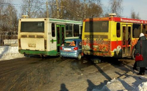 Тройное ДТП в Ярославле: «Дэу Матиз» оказался зажат двумя автобусами