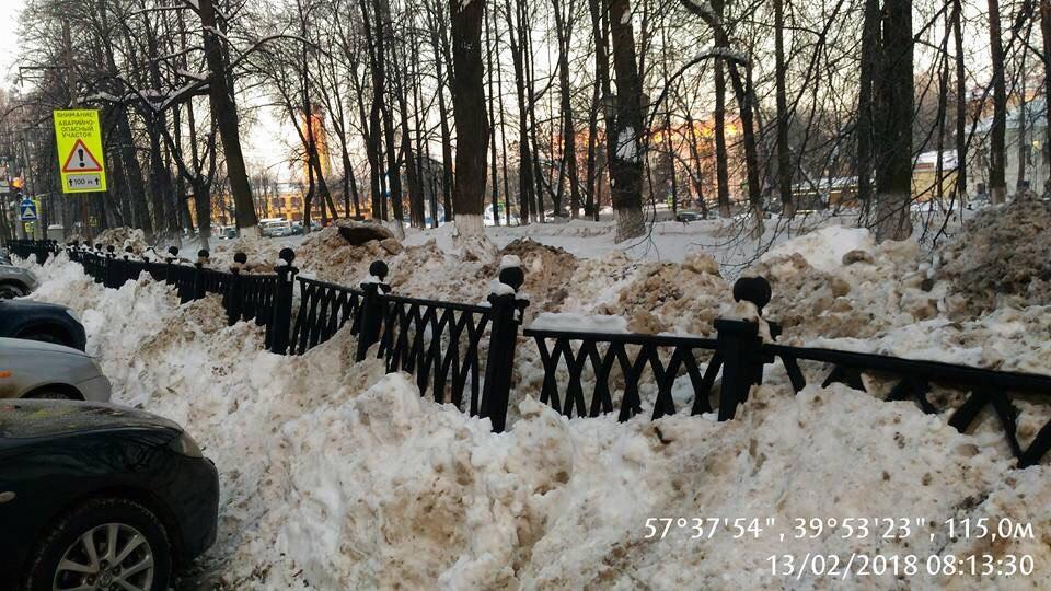 В центре Ярославля под тяжестью снега рухнул чугунный забор