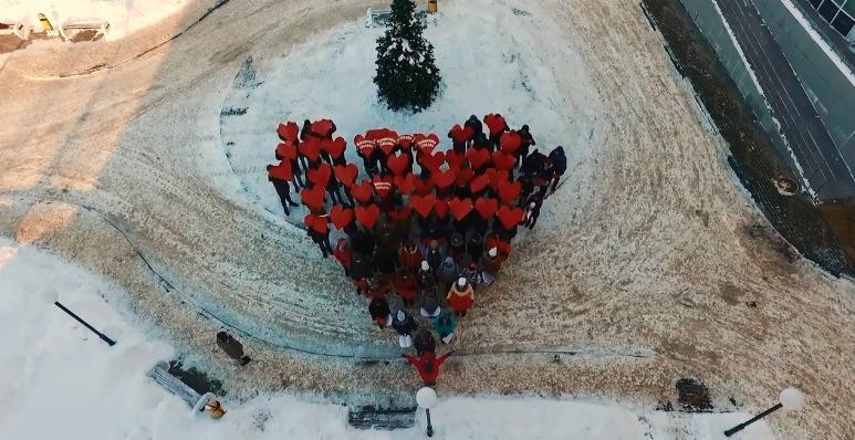 В Ярославле студенты устроили романтический флешмоб у перинатального центра