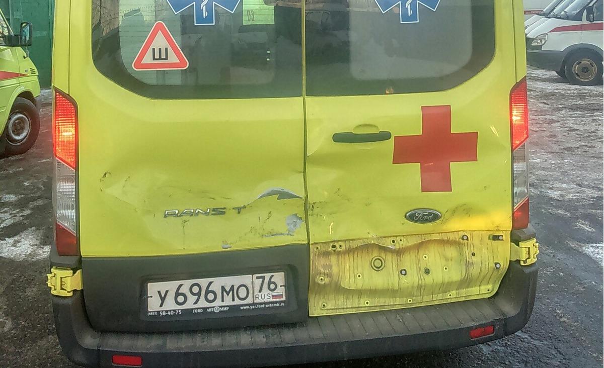 В Ярославле скорая помощь столкнулась с такси