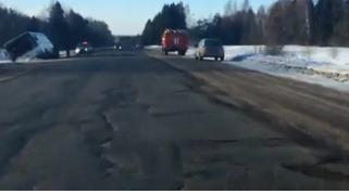В Ярославском районе на трассе М8 пассажирский автобус съехал в кювет