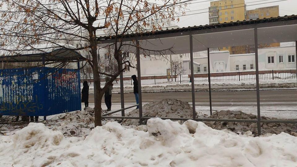 В Ярославле снег начали складировать на остановках