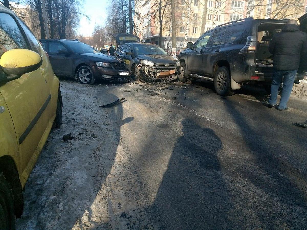 Тройное ДТП с участием такси перекрыло движение на одной из улиц в центре Ярославля
