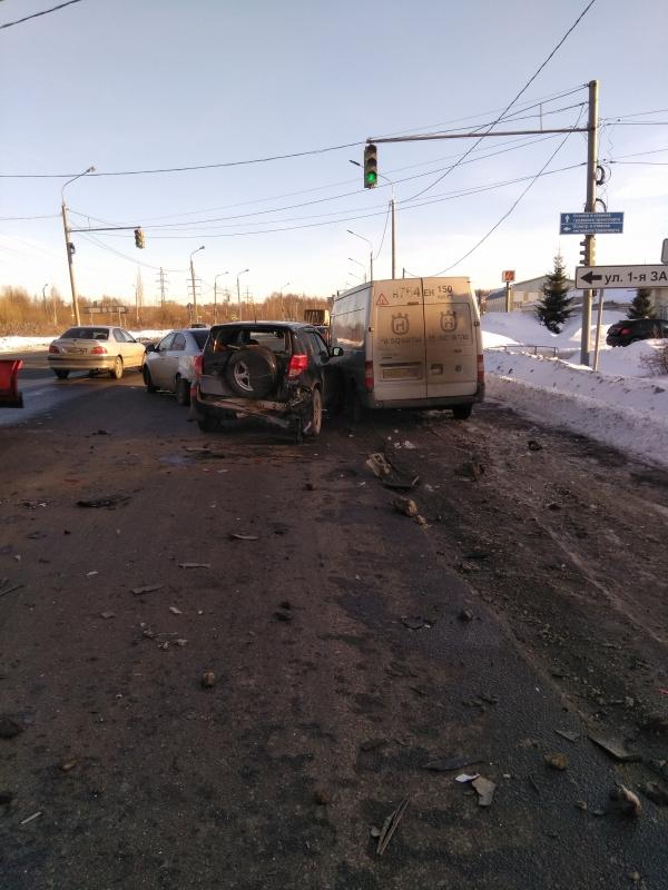 В Ярославле произошло ДТП с участием трех легковушек и микроавтобуса