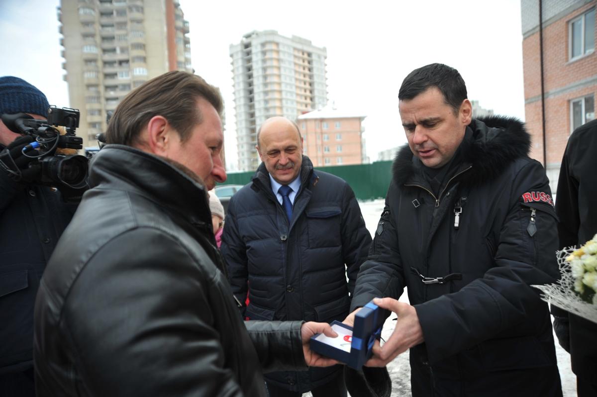 Дмитрий Миронов вручил ключи от квартир дольщикам долгостроя на проспекте Машиностроителей в Ярославле