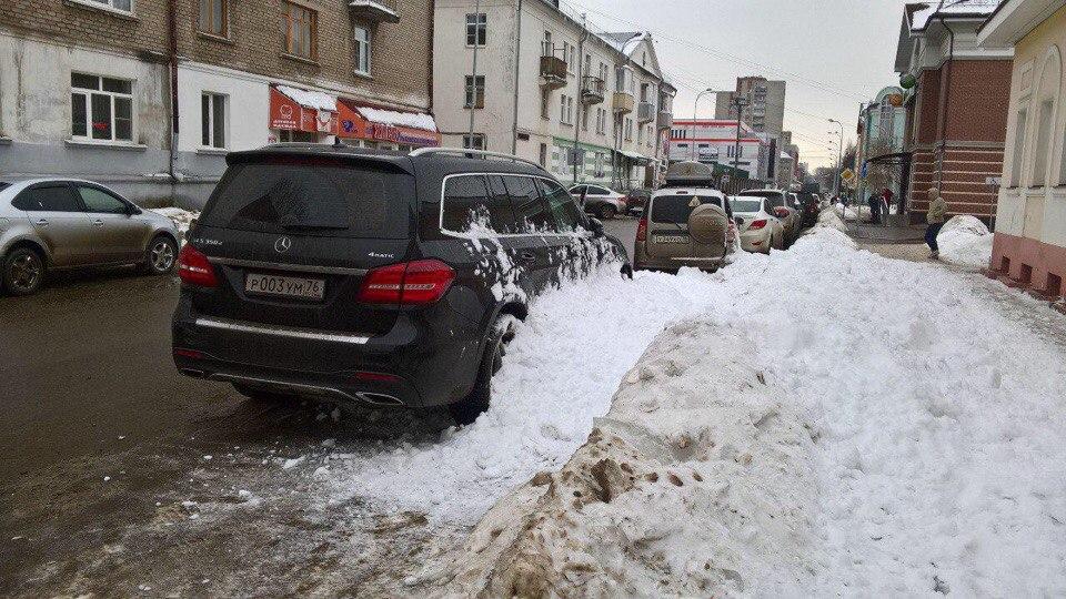 В Ярославской области снег с крыши рухнул на дорогую иномарку
