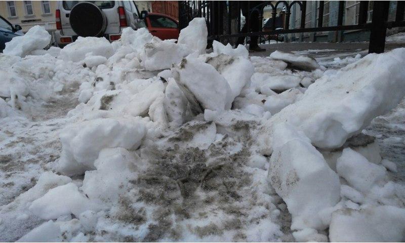 В центре Ярославля снег упал на чистильщика крыш