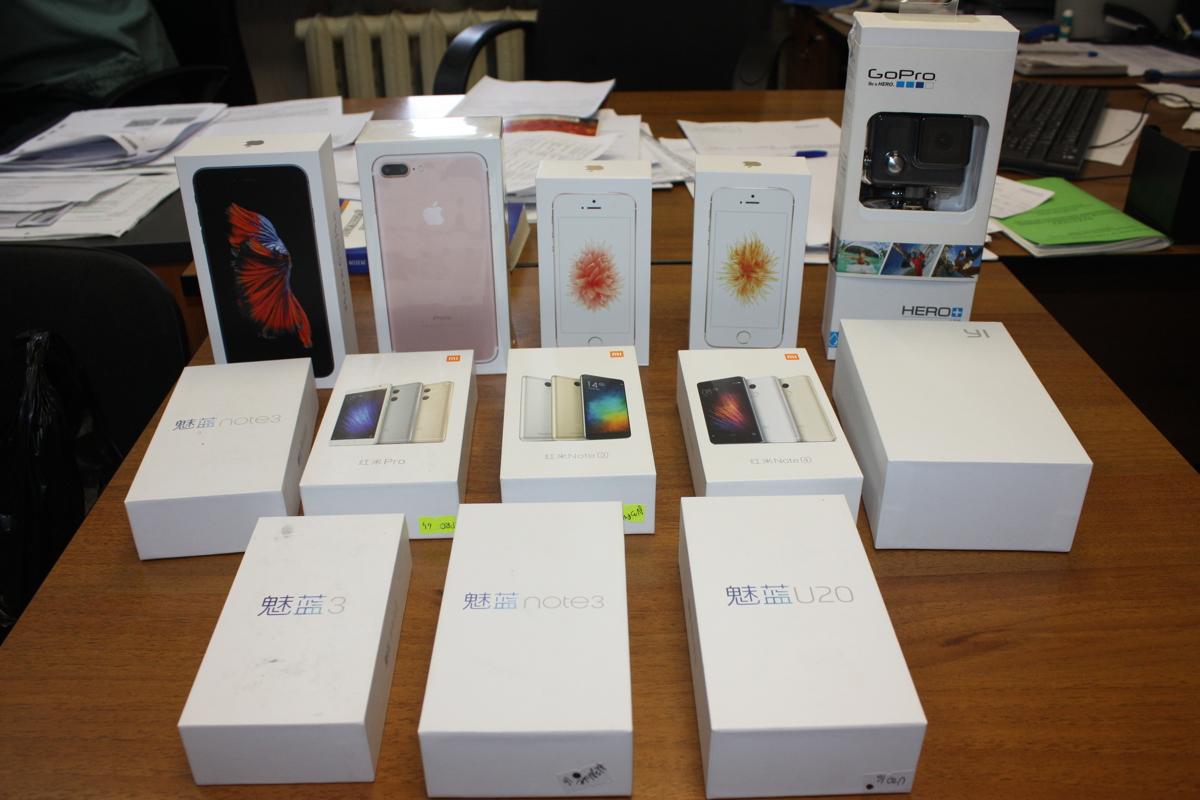 Ярославские таможенники изъяли более трех десятков дорогих смартфонов