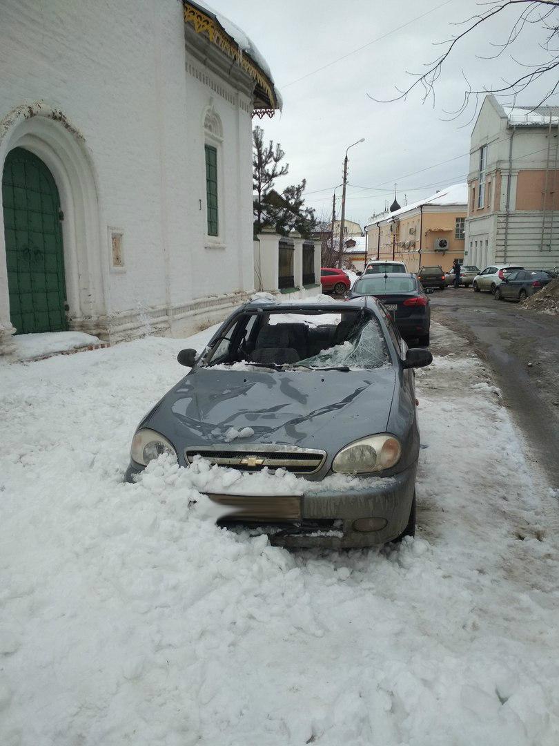 Сугроб снега, упавший с церкви в центре Ярославля, разбил иномарку: фото
