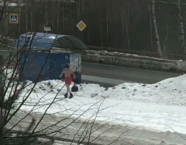 По улицам Ярославля разгуливал голый мужчина в красных трусах: фото
