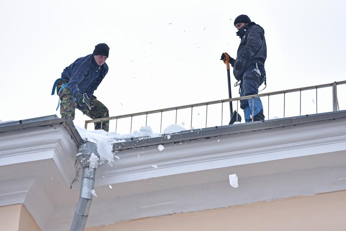 За день в Ярославле очистили от снега и сосулек 1500 крыш