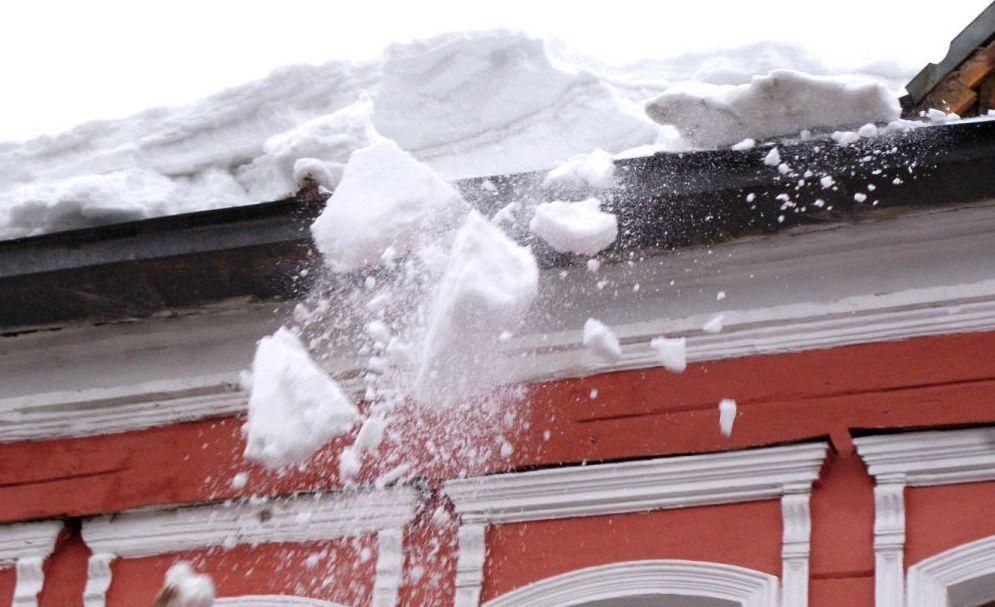 В Ярославской области на шестилетнего ребенка с крыши упала льдина