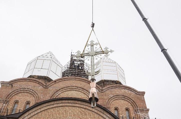 На Свято-Тихоновском храме в Ярославле установили крест