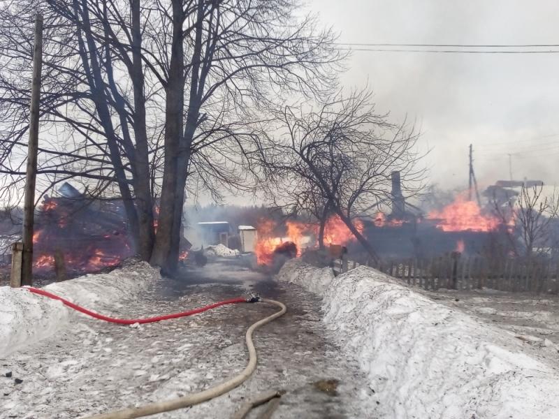 В Ярославской области полдня тушили горящее село