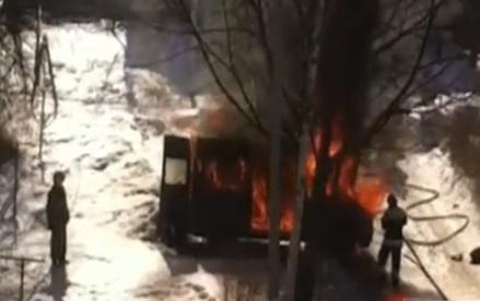 В центре Ярославля сгорел микроавтобус: видео