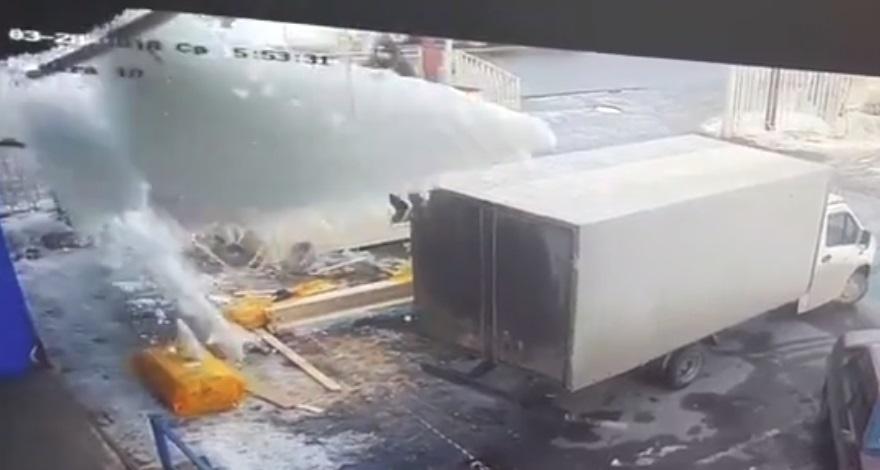 Сошедший с крыши снег едва не убил рабочих в Ярославле