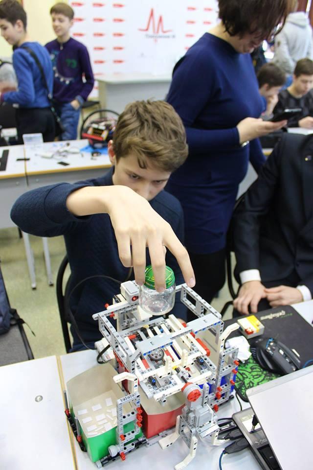 Ярославские школьники изобрели роботов для собирания носков и тапочек по дому