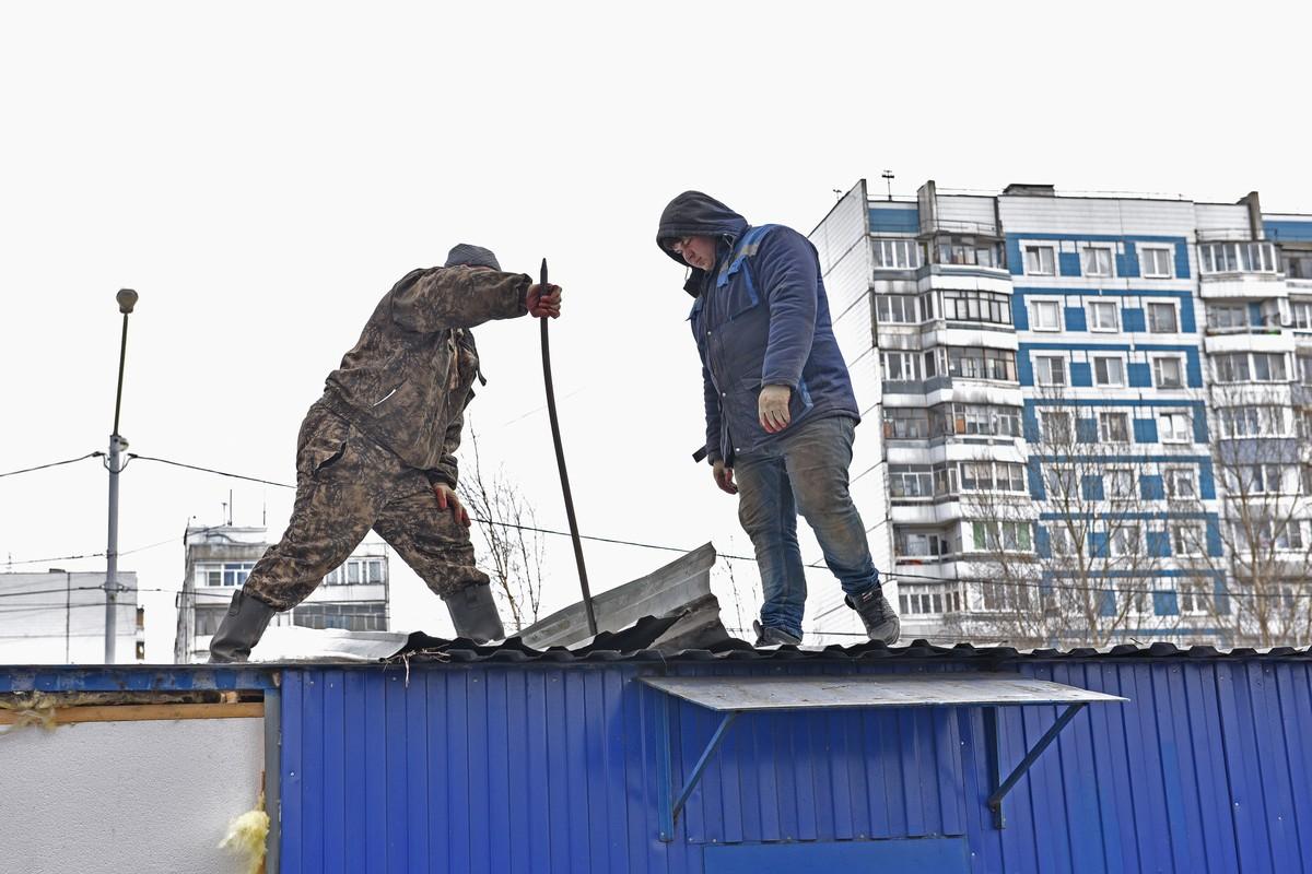 На остановке в Ярославле демонтировали торговый павильон