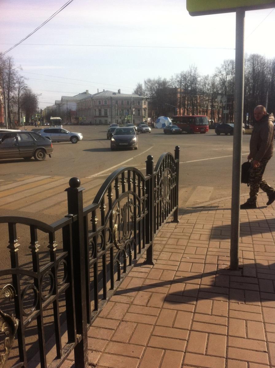 Огромный футбольный мяч сдуло сильным ветром в центре Ярославля