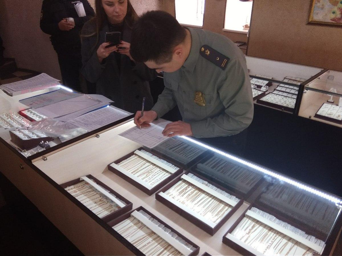 За долги перед ювелирным заводом у магазина арестовали украшения на 1,4 миллиона рублей