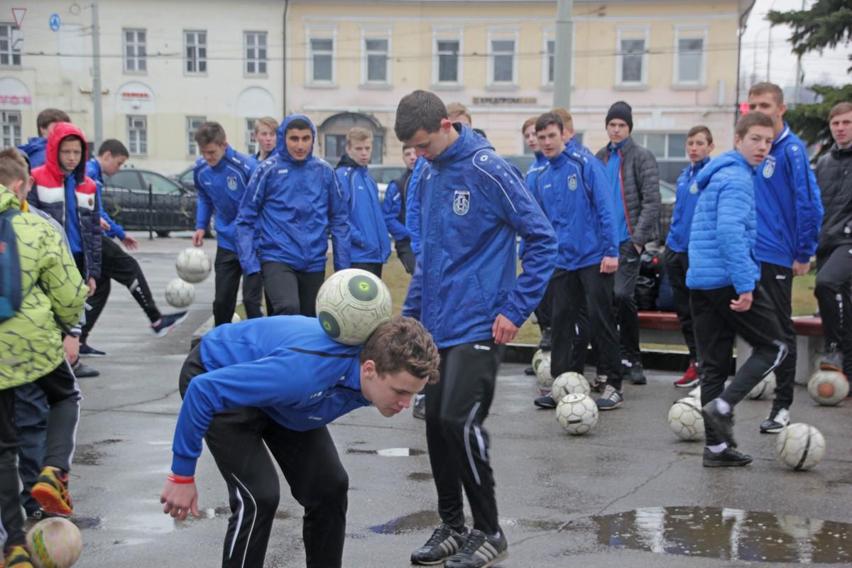В центре Ярославля прошел большой футбольный флешмоб