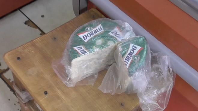 Санкционный огонь: в Ярославле уничтожили килограммы немецкого сыра с плесенью