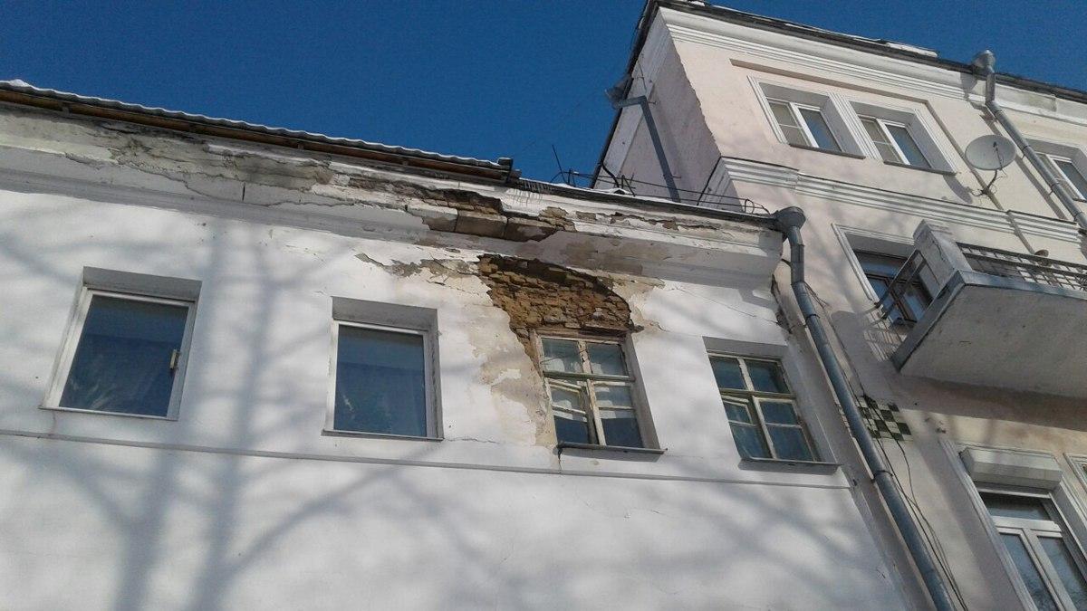 В центре Ярославля рухнула стена дома: здание пообещали отремонтировать в этом году