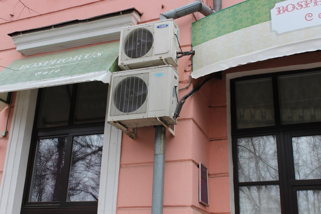 Собственникам зданий – объектов культурного наследия придется снять с фасадов кондиционеры, рольставни и антенны