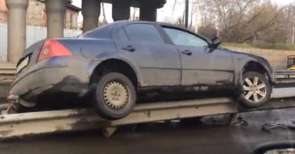 На Московском проспекте в Ярославле иномарка повисла на ограждении