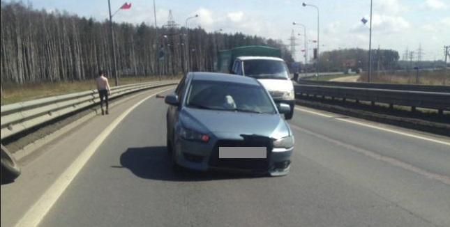 На Юбилейном мосту в Ярославле у иномарки оторвалось колесо и отлетело в другую машину