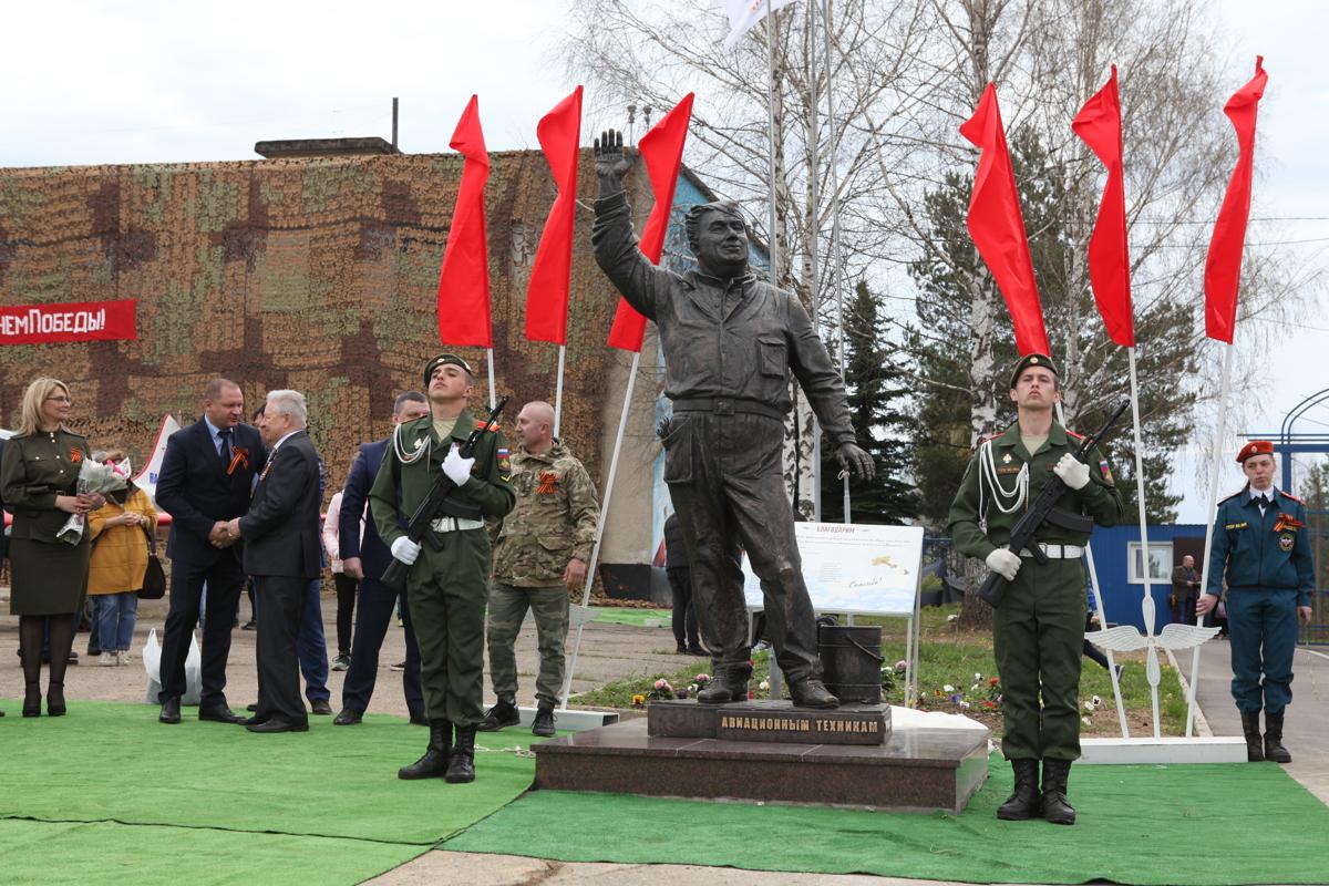 Под Ярославлем открыли памятник авиатехникам «Макарыч»: фото