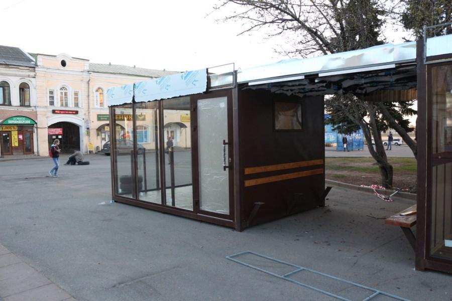 В центре Рыбинска устанавливают современную остановку, где можно будет зарядить телефон