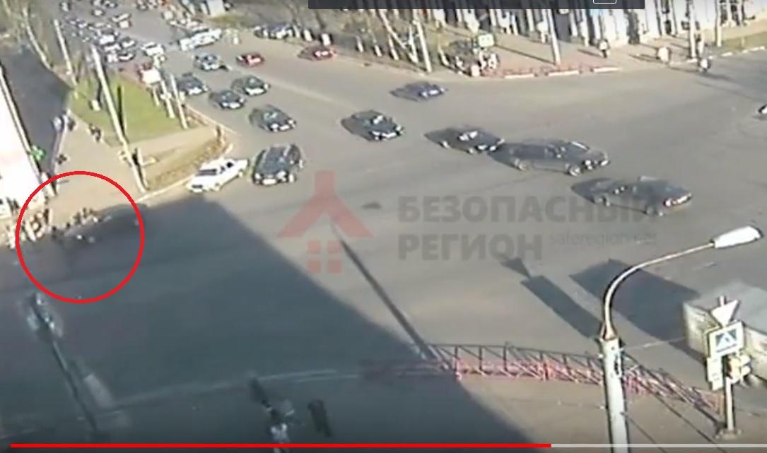 Появилось видео ДТП с участием легковушки и велосипедиста в центре Ярославля