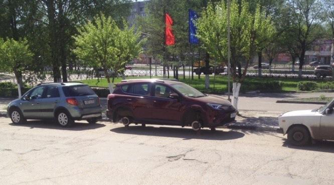 В Ярославле рядом с районной администрацией у японской иномарки сняли колеса
