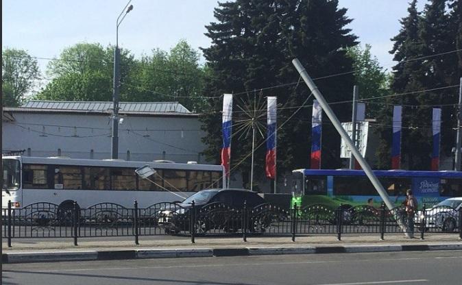 На Московском проспекте встали троллейбусы из-за упавшего столба на Богоявленке