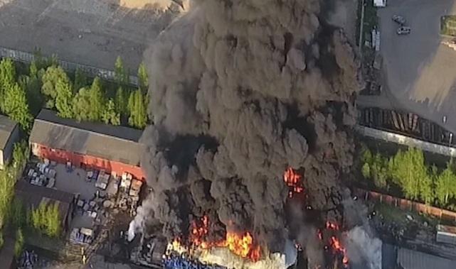 Во время пожара на складе с красками в промзоне Ярославля погиб человек