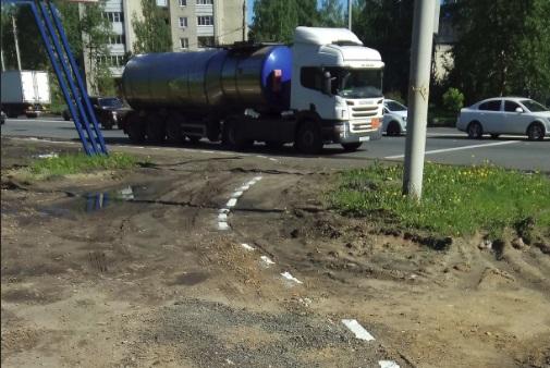 В Ярославле дорожную разметку нанесли на грязь: фото