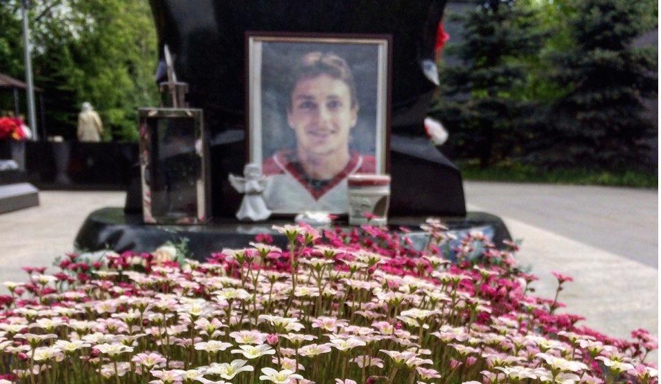 В Ярославле осквернили могилы погибших хоккеистов «Локомотива»