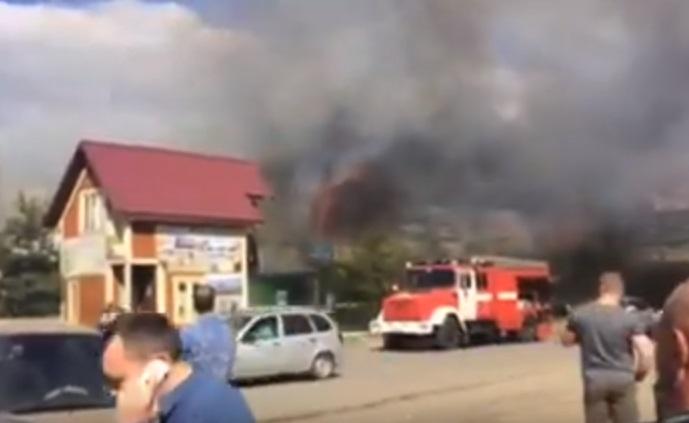 Пожар на Всполье на строительном рынке: видео
