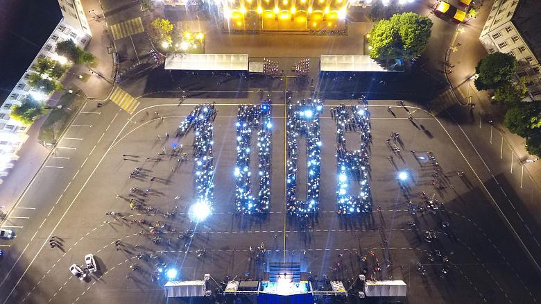 Велосипедисты после ночного пробега выстроились в огромную цифру 1008: видео