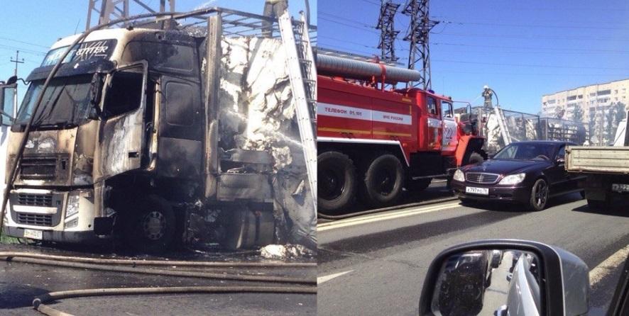 На трассе М8 в Ярославской области горит фура с бумагой