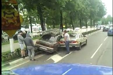 В Ярославле «десятка» повисла на чугунном заборе: видео