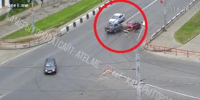 На виадуке в Рыбинске «Лада» протаранила два автомобиля: видео
