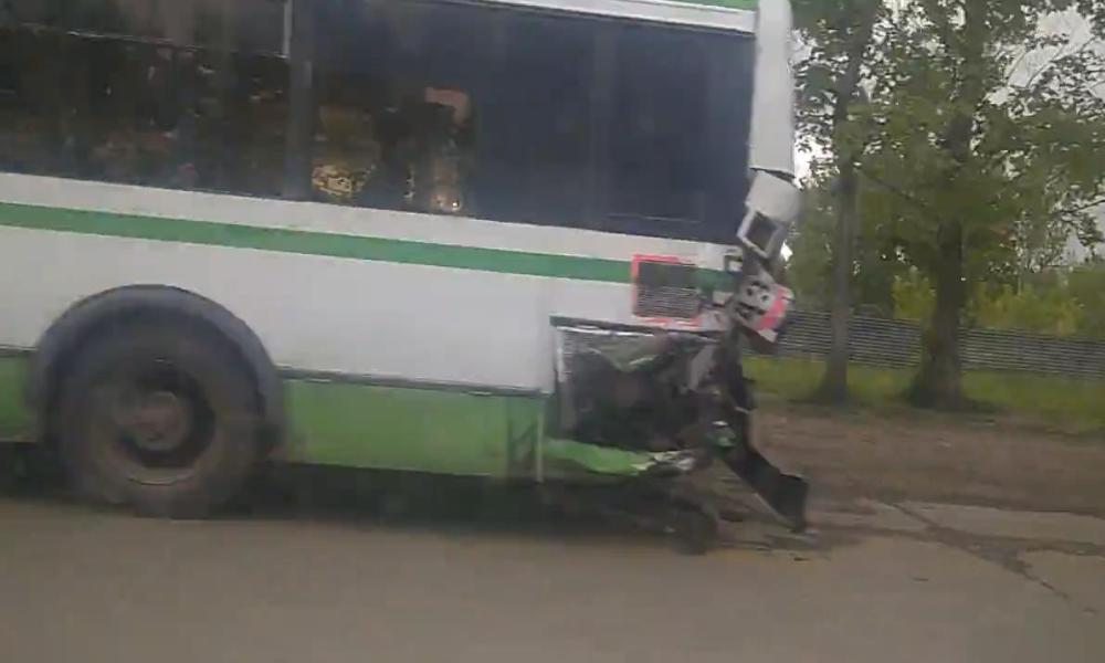 В Ярославле грузовик врезался в автобус: есть пострадавшие