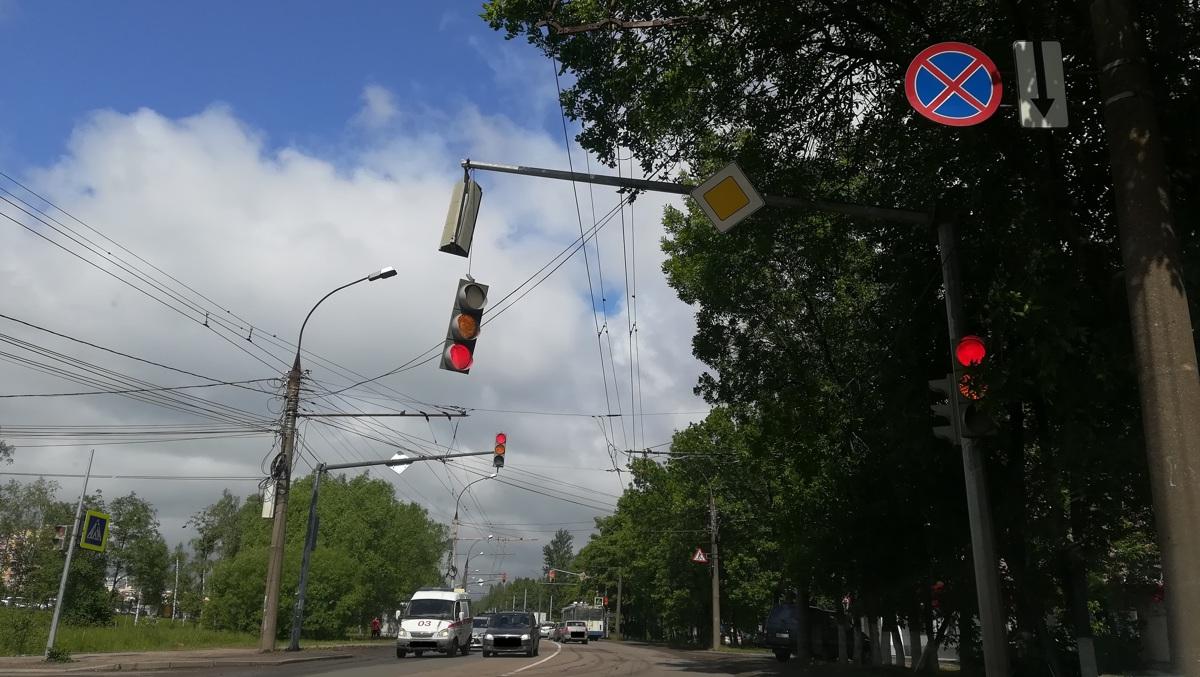 В Дзержинском районе Ярославля светофор висит над дорогой на одном проводе