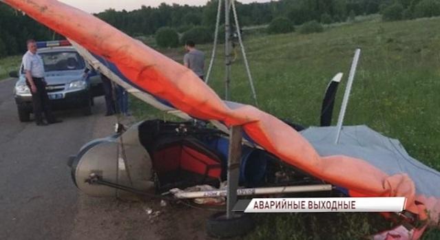 В Ярославской области мотоцикл врезался в легкомоторный самолет