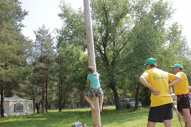 В Ярославле лазали по столбам и выявляли сильнейших в битве мешками на бревне